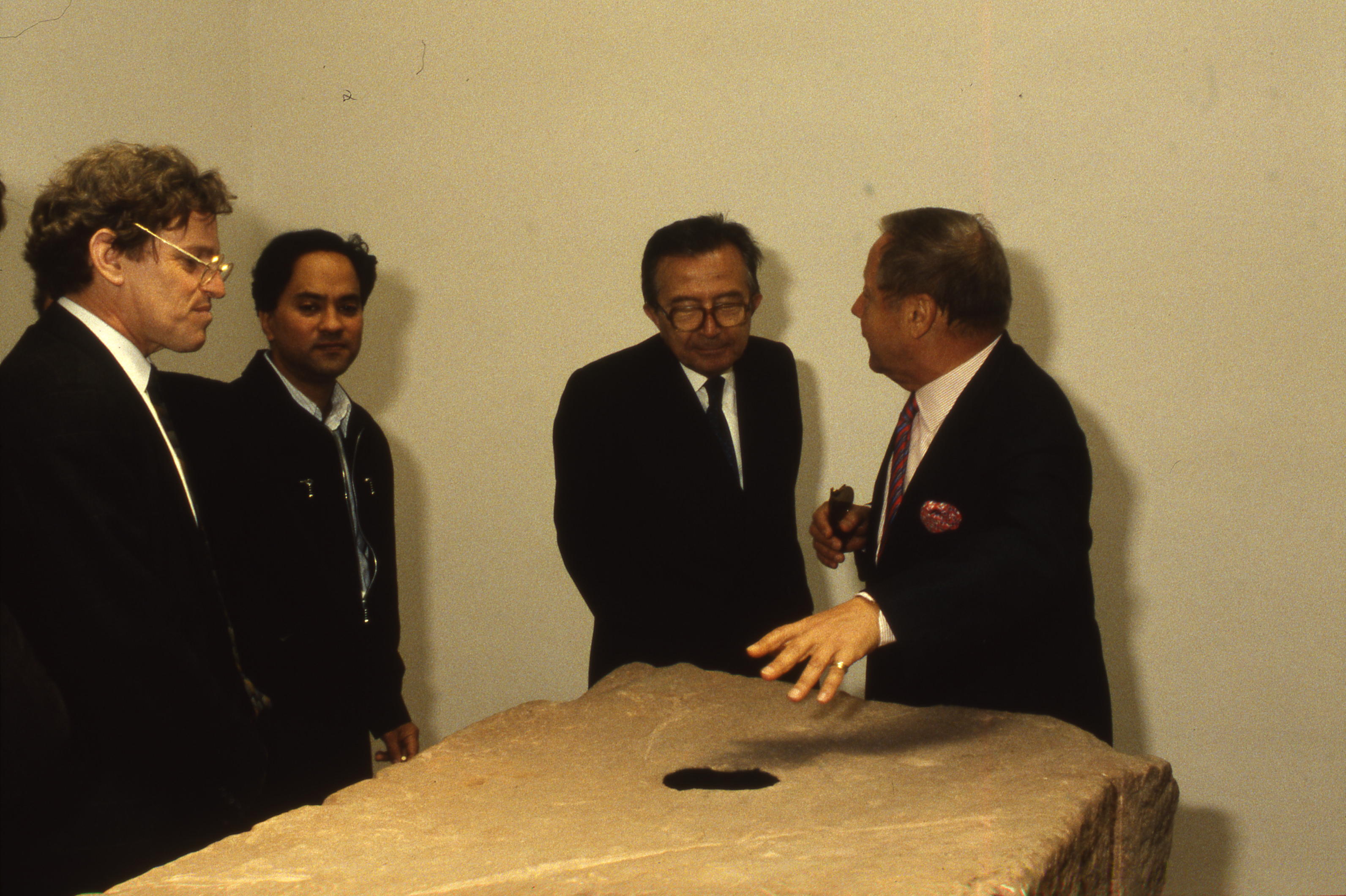 at the 1990 Venice Biennale. From left to right: Henry Meyric Hughes, Anish Kapoor, Giulio Andreotti, and Giovanni Carandente, Artistic Director of the Biennale