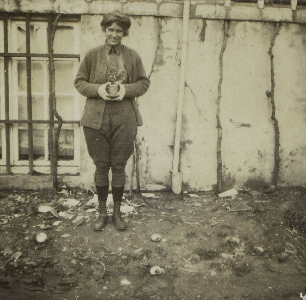 Gleason, posing with a snapshot camera, met Chisholm while working for Dr Munro's Flying Ambulance Corps, undated.