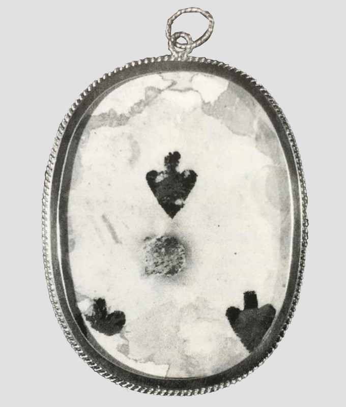 reverse displaying the playing card of a portrait miniature